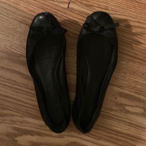 Vera Wang black leather ballet flats